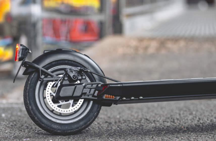 Electric scooter with disc brakes